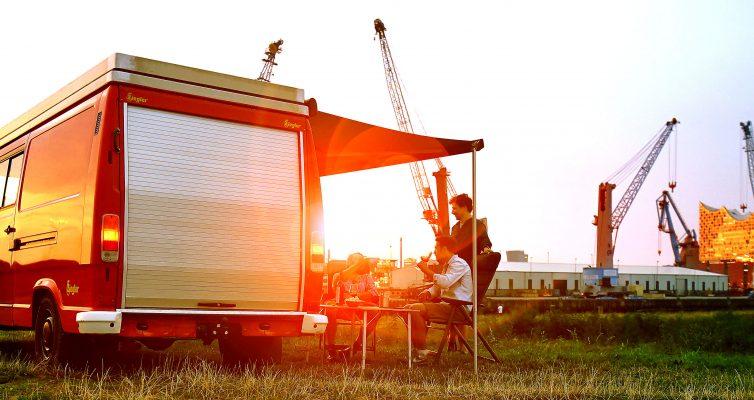 Mit dem Camper Van geht es direkt an die Elbe, unweit der Elbphilharmonie wird das Lager aufgeschlagen. Foto: Michael B. Rehders