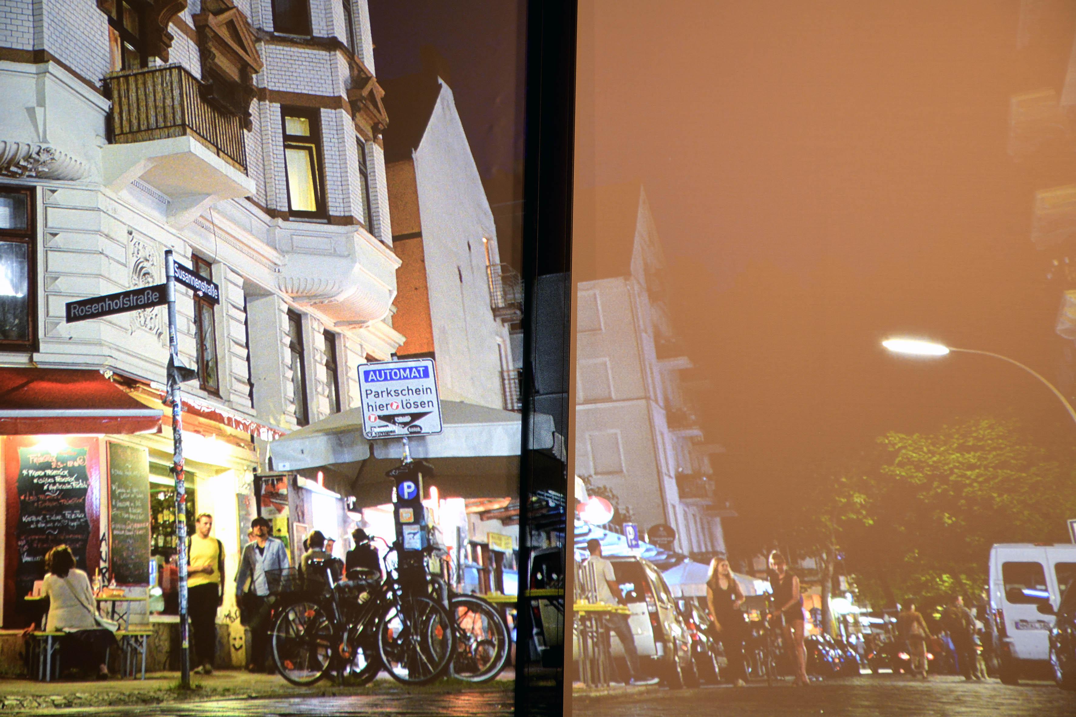 Links die WS-Spalluto CinemaFrame Ambient HC. Rechts eine standardweiße Gain-1,0-Leinwand. Von rechts und links fällt Tageslicht in den Raum. Im Vergleich sind das Schwarz und die Farbdarstellung auf der Ambient HC (links) sichtbar besser. Foto: Michael B. Rehders