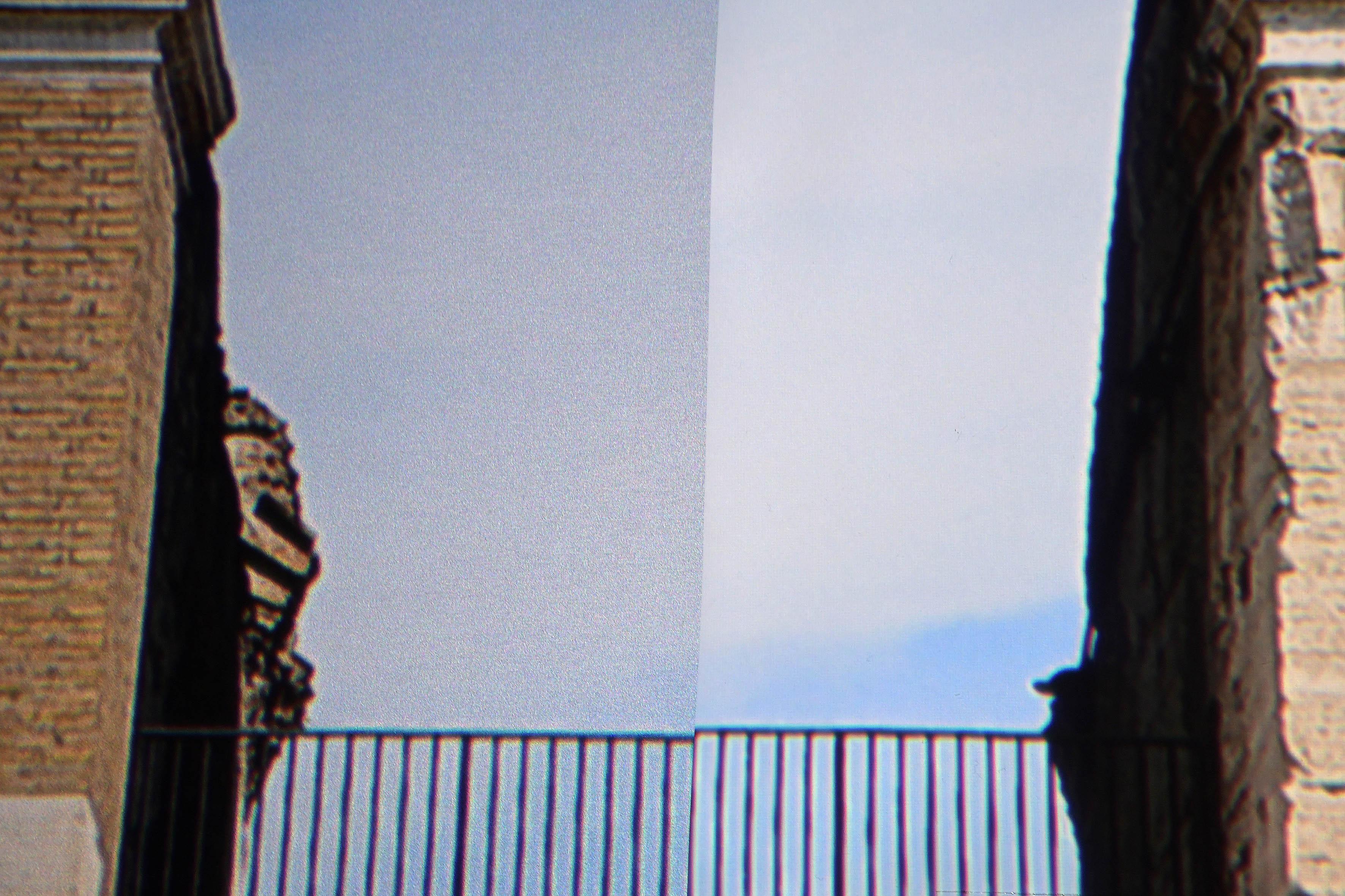 Links die WS-Spalluto CinemaFrame Ambient HC. Rechts eine standardweiße Gain-1,0-Leinwand. Gut ist die Auswirkung der lichtverstärkenden Partikel zu sehen. Das Bild CinemaFrame Ambient HC glitzert ein wenig (links). Das ist einer der Kompromisse, die im Wohnzimmer einzugehen sind für eine Projektion bei kontrolliertem Restlicht. Foto: Michael B. Rehders