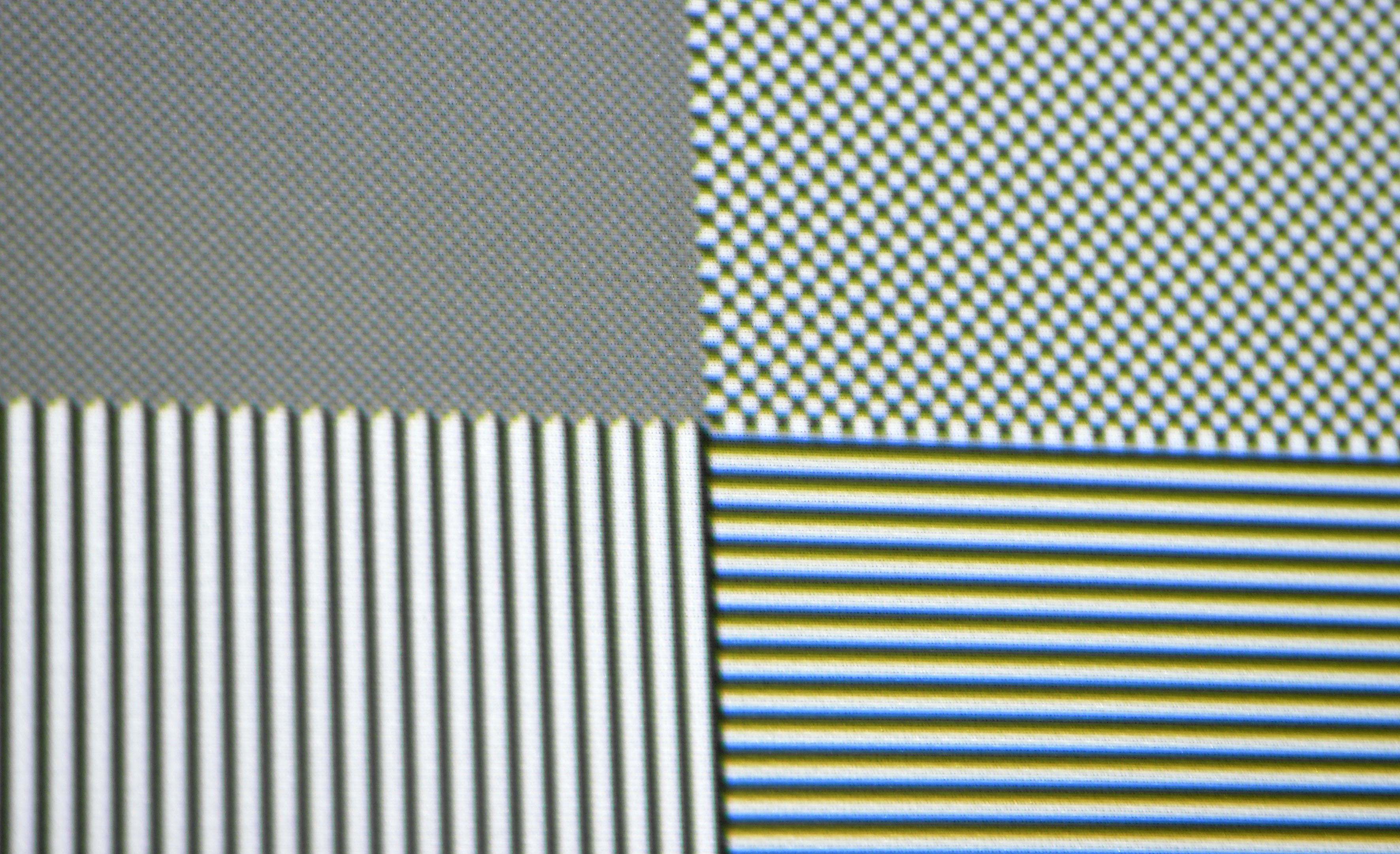 Full-HD-Schachbrettmuster: Das sieht auf den ersten Blick wirklich gut aus. Erst beim ganz genauen Hinsehen fällt auf, dass kleinste Abbildungen ganz leicht grün verfärbt sind. Während Schachbrettmuster in UHD-Pixelauflösung als graue Flächen dargestellt werden vom X10-4K, sind einzelne Full-HD-Pixel sauber und vollständig reproduziert