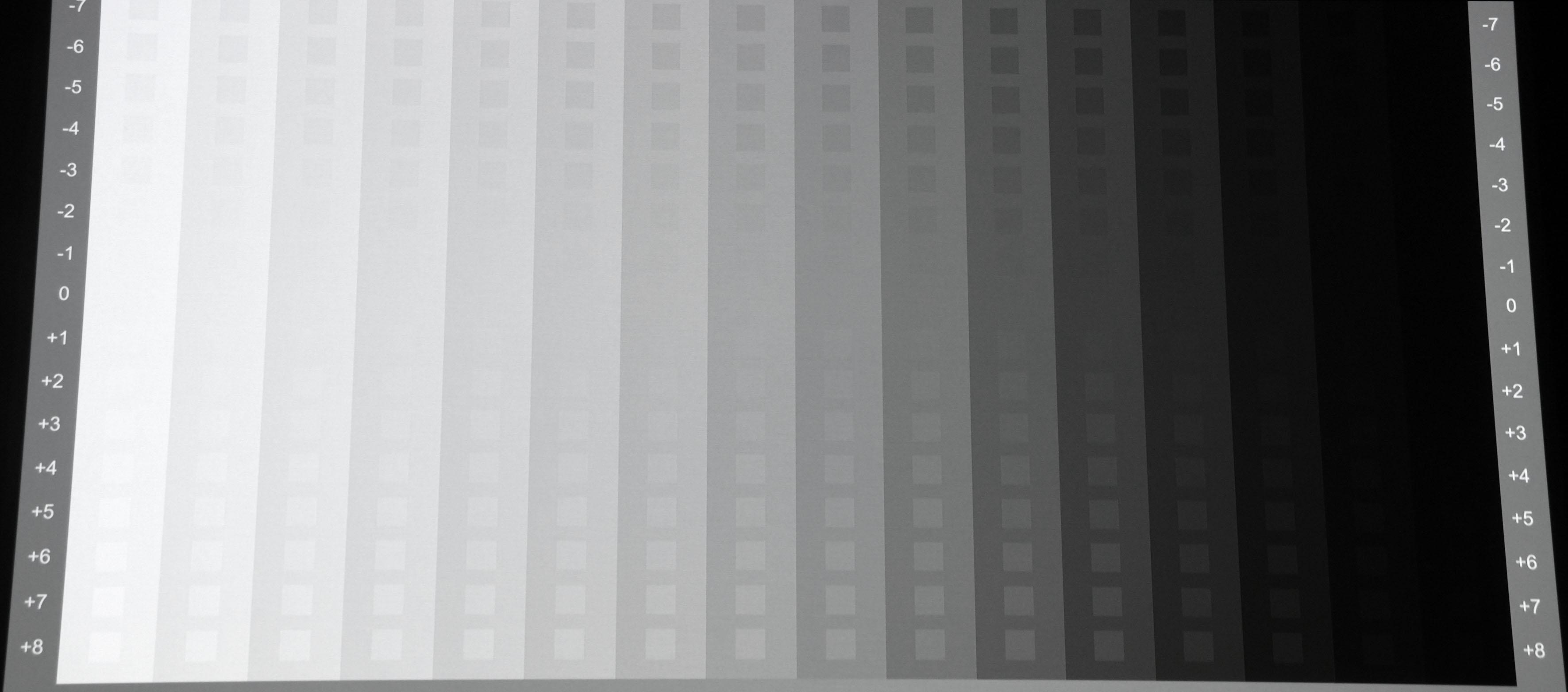 Grautreppe von Burosch: Nach der Kalibrierung (Bildmodus Kino) ist die Grautreppe vollkommen farbneutral. Auch sind jetzt alle Abstufungen nahe Schwarz und Weiß vorhanden.