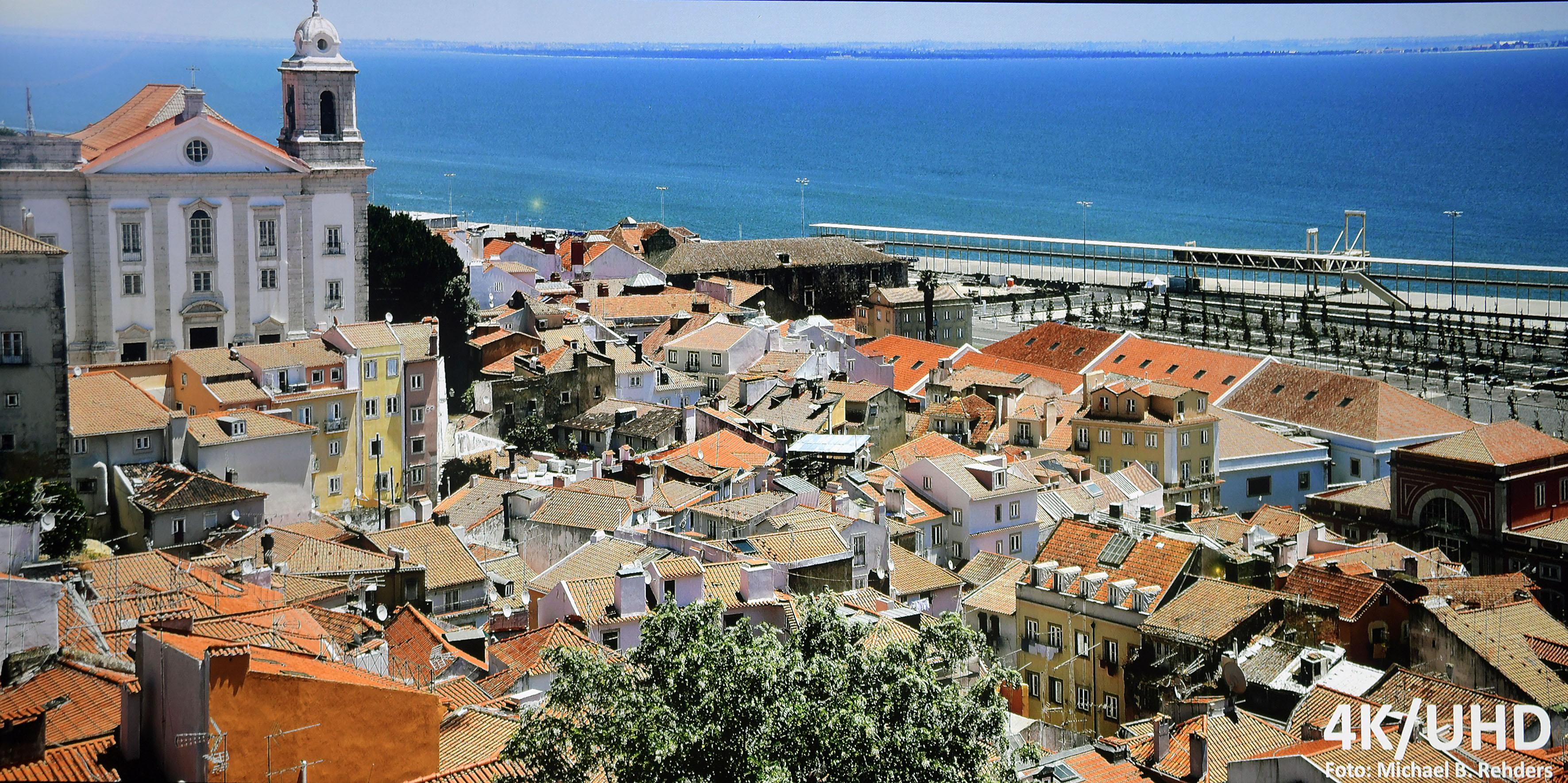 Meine UHD-Fotoaufnahme aus Lissabon wird vom ViewSonic X10-4K sehr natürlich reproduziert. Allenfalls das blaue Meer sieht etwas farbenprächtiger aus. Dank der XPR-Technologie sind sogar kleine Fenster detailreich abgebildet. Dieser leichte Postkarten-Look wird vielen Zuschauer zusagen. Foto: Michael B. Rehders