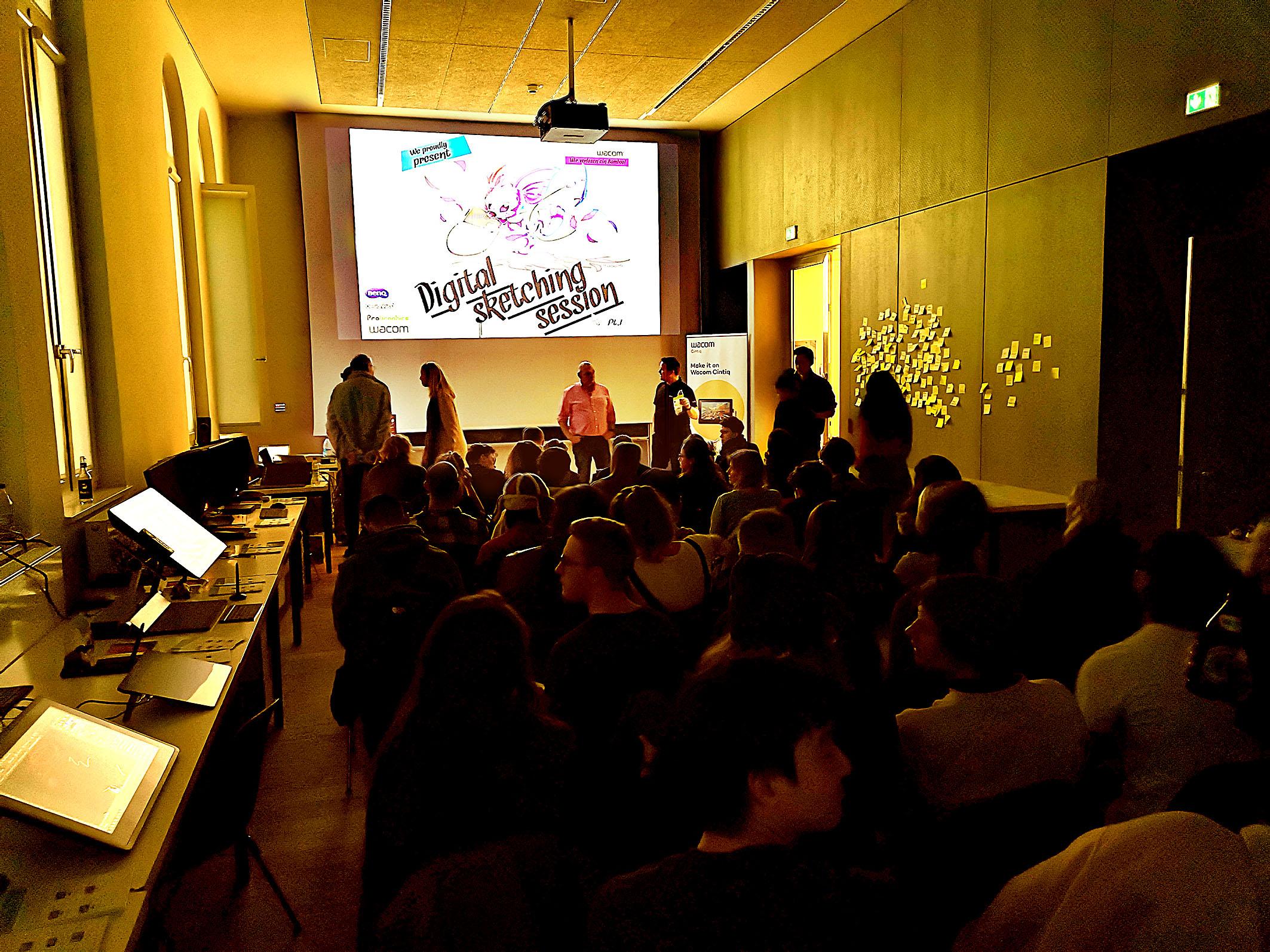 """Foto: Michael B. Rehders - Kurz vor Start der """"Digital Sketching Session"""". Alle Plätze im Hörsaal sind restlos besetzt. Trotzden kamen noch zahlreiche Besucher spontan dazu, so dass der Raum kurze Zeit später aus allen Nähten platzte."""