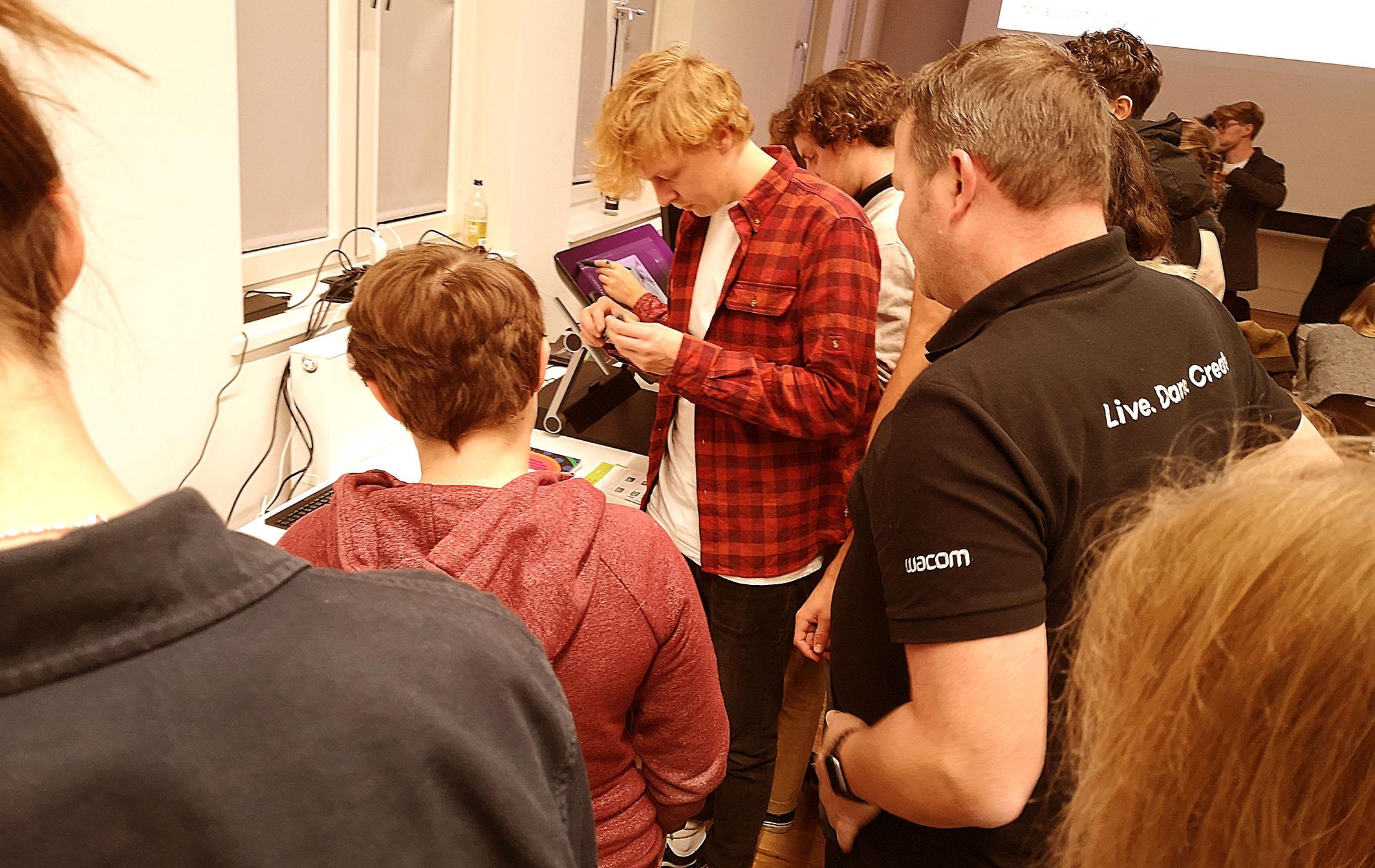 Foto: Michael B. Rehders - Während der Pause und nach den Präsentationen konnten Tablets und Monitore ausprobiert werden.
