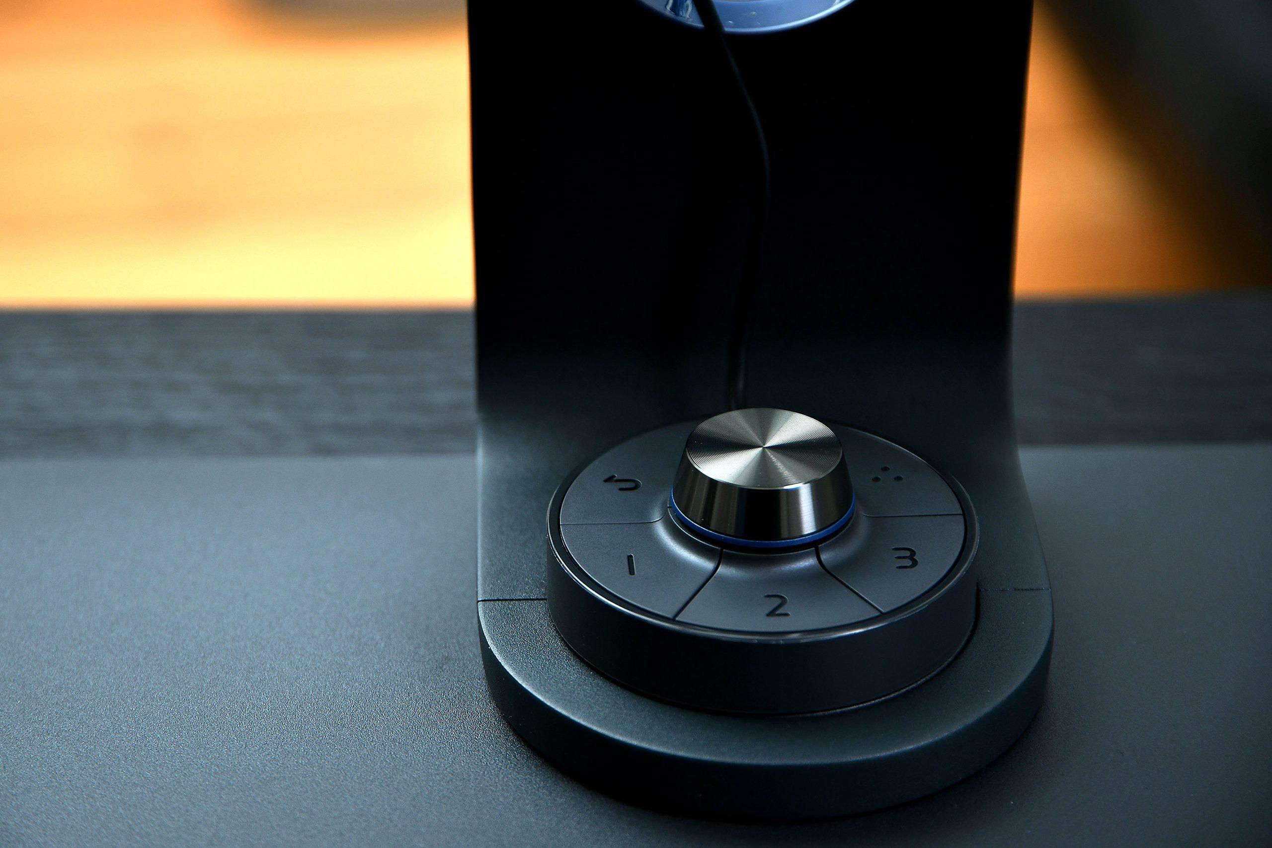 Foto: Michael B. Rehders Der neue Hotkey Puck besitzt drei frei belegbare Tasten. Ab Werk sind darauf Adobe RGB, sRGB und Schwarz/Weiß hinterlegt. Mit dem Drehrad lässt sich komfortabel durchs On-Screen-Menü navigieren.