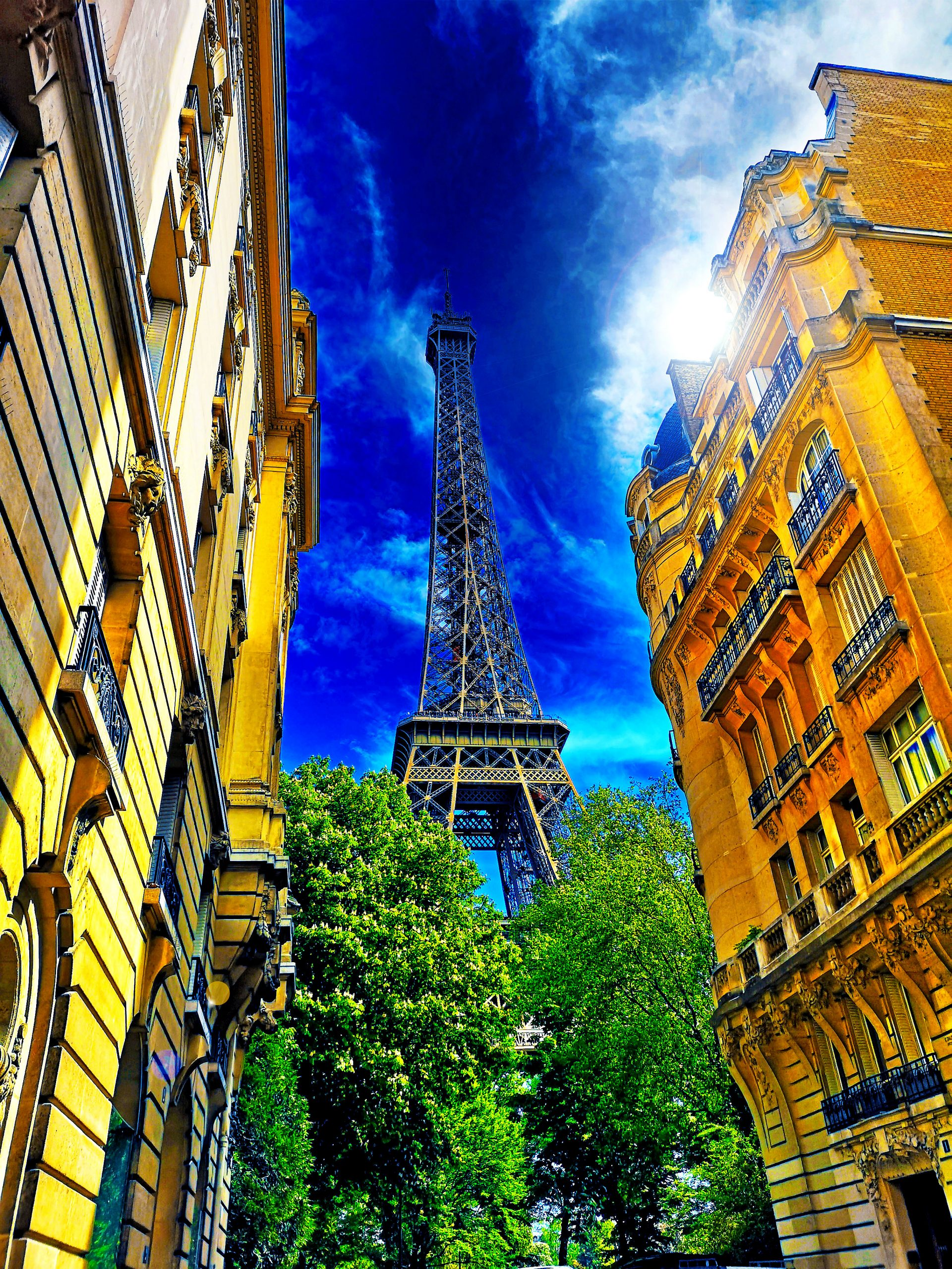Eifelturm - Das Wahrzeichen von Paris - der Eifelturm. Zu meiner Überraschung ist dieser mittlerweile von einer hohen durchsichtigen Mauer umgeben, die eine doch trügerische Sicherheit vermittelt. Da genoss ich den Blick von einem Café, das sich unweit des Eifelturms befindet. - Foto: Michael B. Rehders